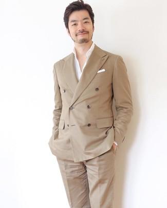 Wie kombinieren: beige Zweireiher-Sakko, weißes Langarmhemd, beige Anzughose, weißes Einstecktuch