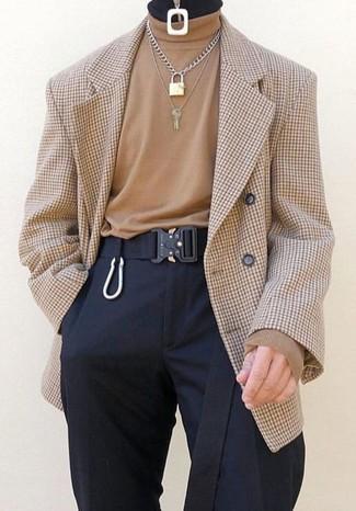Wie kombinieren: beige Zweireiher-Sakko mit Karomuster, beige Rollkragenpullover, schwarze Anzughose, schwarzer Segeltuchgürtel