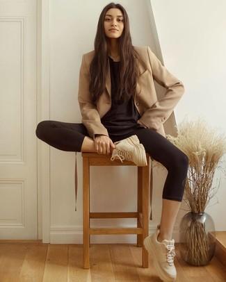 Wie kombinieren: beige Zweireiher-Sakko, schwarzes T-Shirt mit einem Rundhalsausschnitt, schwarze Leggings, hellbeige Sportschuhe