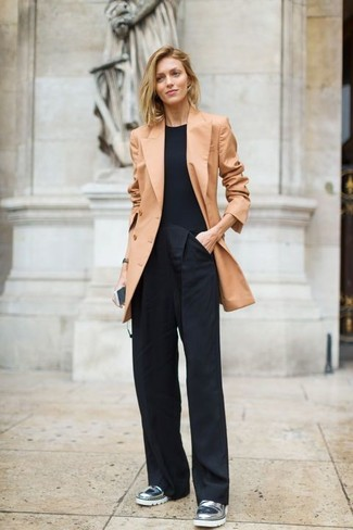 Wie kombinieren: beige Zweireiher-Sakko, schwarzes T-Shirt mit einem Rundhalsausschnitt, schwarze weite Hose, silberne Leder Slipper