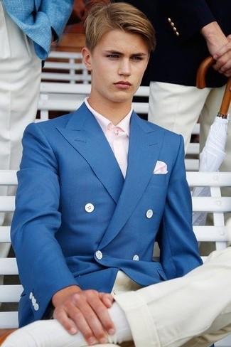 Wie kombinieren: blaues Zweireiher-Sakko, rosa Langarmhemd, weiße Chinohose, rosa Einstecktuch