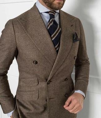 Wie kombinieren: braunes Wollzweireiher-sakko, graues vertikal gestreiftes Businesshemd, weiße und rote und dunkelblaue horizontal gestreifte Wollkrawatte, dunkelrotes bedrucktes Einstecktuch