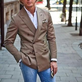 Wie kombinieren: braunes Zweireiher-Sakko, weißes Langarmhemd, blaue Jeans, hellbeige bedrucktes Einstecktuch
