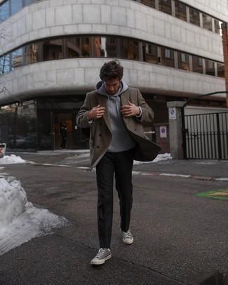 Schwarze Chinohose kombinieren – 500+ Herren Outfits: Entscheiden Sie sich für ein braunes Wollzweireiher-sakko und eine schwarze Chinohose für einen für die Arbeit geeigneten Look. Fühlen Sie sich ideenreich? Vervollständigen Sie Ihr Outfit mit grauen hohen Sneakers aus Segeltuch.
