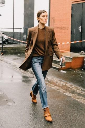 Hellblaue Jeans kombinieren: trends 2020: Erwägen Sie das Tragen von einem braunen Zweireiher-Sakko mit Karomuster und hellblauen Jeans, umein stylisches, entspanntes Outfit zu kreieren, der in der Garderobe der Frau auf keinen Fall fehlen darf. Fühlen Sie sich mutig? Wählen Sie rotbraunen Schnürstiefeletten aus Leder.