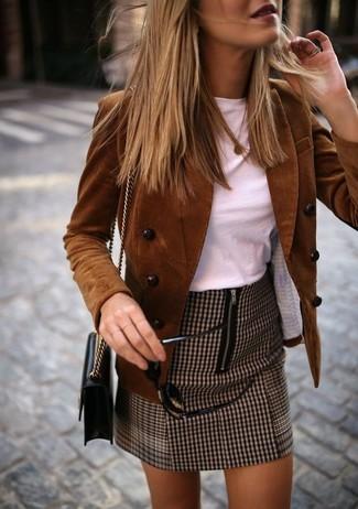 Wie kombinieren: braunes Zweireiher-Sakko aus Cord, weißes T-Shirt mit einem Rundhalsausschnitt, brauner Minirock mit Hahnentritt-Muster, schwarze Leder Umhängetasche