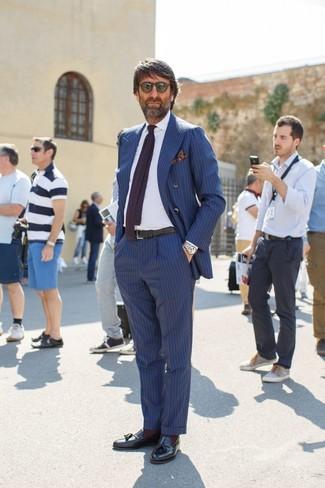 Wie kombinieren: blaues vertikal gestreiftes Zweireiher-Sakko, weißes Businesshemd, blaue vertikal gestreifte Anzughose, schwarze Leder Slipper mit Quasten