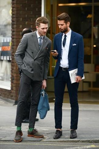 Wie kombinieren: graues Zweireiher-Sakko, weißes Businesshemd, dunkelgraue Anzughose, olivgrüne Wildleder Derby Schuhe