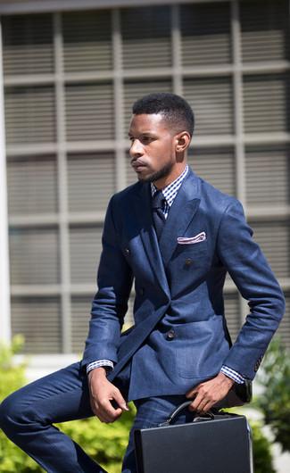 Wie kombinieren: blaues Zweireiher-Sakko, weißes und blaues Businesshemd mit Vichy-Muster, blaue Anzughose, schwarze Leder Aktentasche