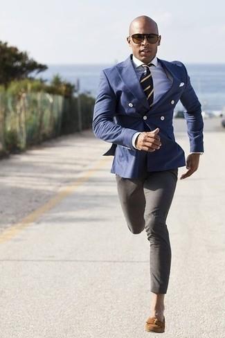 Wie kombinieren: blaues Zweireiher-Sakko, weißes Businesshemd, graue Anzughose, braune Wildleder Slipper mit Quasten