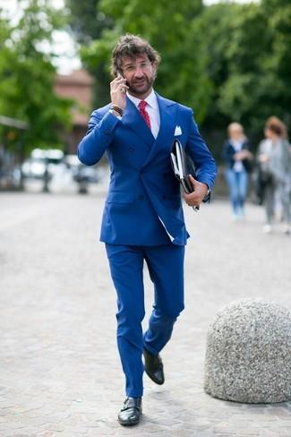 Wie kombinieren: blaues Zweireiher-Sakko, weißes Businesshemd, blaue Anzughose, schwarze Doppelmonks aus Leder