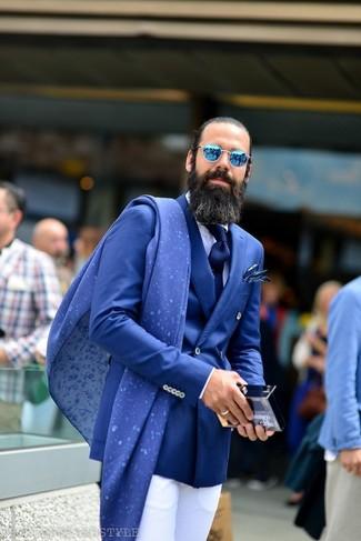 Wie kombinieren: blaues Zweireiher-Sakko, weißes Businesshemd, weiße Anzughose, dunkelblaue Krawatte