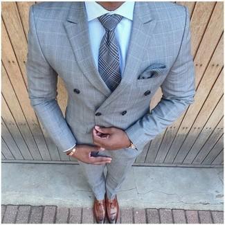 Dunkelgraues Einstecktuch mit Schottenmuster kombinieren: trends 2020: Ein graues Zweireiher-Sakko mit Karomuster und ein dunkelgraues Einstecktuch mit Schottenmuster sind eine perfekte Outfit-Formel für Ihre Sammlung. Fühlen Sie sich mutig? Ergänzen Sie Ihr Outfit mit braunen Leder Slippern mit Quasten.