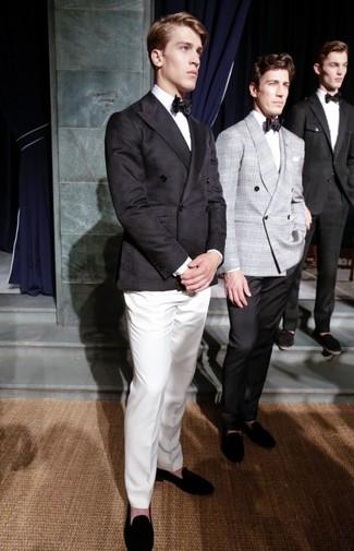 Wie kombinieren: schwarzes Zweireiher-Sakko, weißes Businesshemd, weiße Anzughose, schwarze Wildleder Slipper