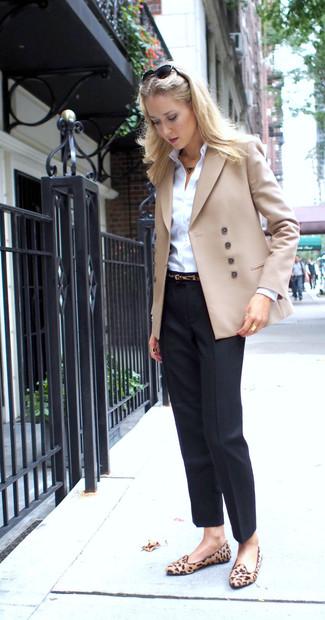 Wie kombinieren: hellbeige Zweireiher-Sakko, weißes Businesshemd, schwarze Anzughose, beige Wildleder Slipper mit Leopardenmuster