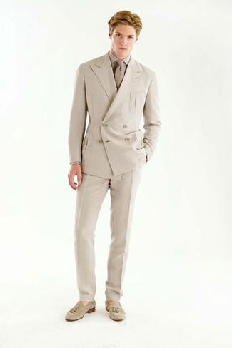 Wie kombinieren: hellbeige Zweireiher-Sakko, hellbeige Businesshemd, hellbeige Anzughose, hellbeige Wildleder Slipper mit Quasten