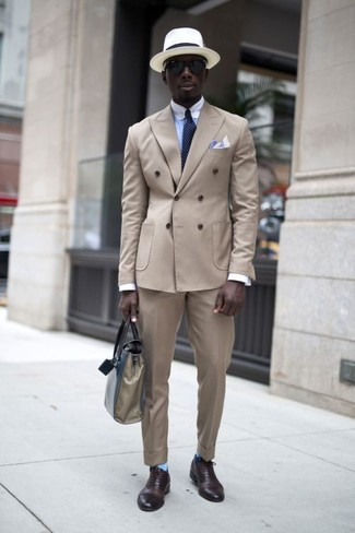 Wie kombinieren: hellbeige Zweireiher-Sakko, hellblaues Businesshemd, hellbeige Anzughose, dunkelbraune Leder Oxford Schuhe
