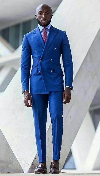 Wie kombinieren: blaues Zweireiher-Sakko, hellblaues Businesshemd, blaue Anzughose, dunkelbraune Leder Slipper