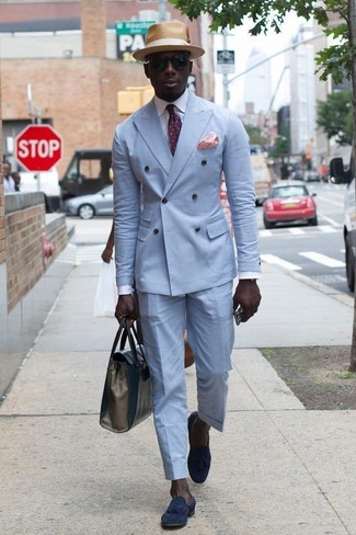 Wie kombinieren: hellblaues Zweireiher-Sakko, weißes Businesshemd, hellblaue Anzughose, dunkelblaue Wildleder Slipper mit Quasten