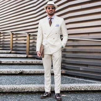Wie kombinieren: weißes Zweireiher-Sakko, hellblaues Businesshemd, weiße Anzughose, schwarze und weiße Leder Slipper