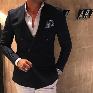 Wie kombinieren: schwarzes Zweireiher-Sakko, weißes Businesshemd, weiße Anzughose, schwarzes und weißes gepunktetes Einstecktuch