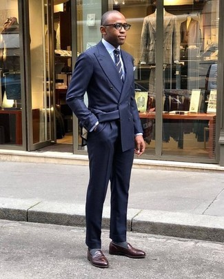 Wie kombinieren: dunkelblaues Zweireiher-Sakko, hellblaues Businesshemd, dunkelblaue Anzughose, dunkelbraune Leder Slipper