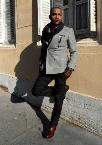 Wie kombinieren: graues Zweireiher-Sakko, schwarzes Businesshemd, schwarze Anzughose, dunkelbraune Leder Slipper mit Quasten