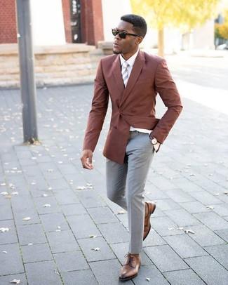 Wie kombinieren: rotbraunes Zweireiher-Sakko, weißes Businesshemd, graue Anzughose, braune Leder Derby Schuhe