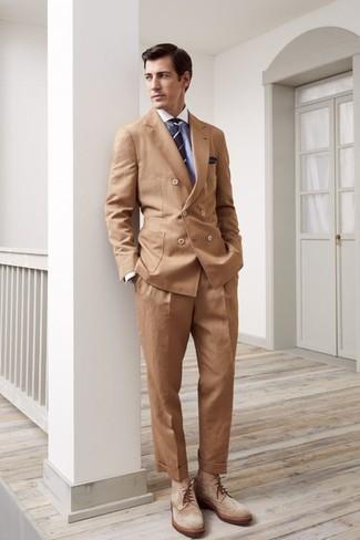 Wie kombinieren: beige Zweireiher-Sakko, hellblaues Businesshemd, beige Anzughose, beige Brogue Stiefel aus Wildleder