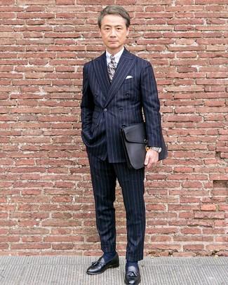 Wie kombinieren: dunkelblaues vertikal gestreiftes Zweireiher-Sakko, weißes Businesshemd, dunkelblaue vertikal gestreifte Anzughose, schwarze Leder Slipper mit Quasten