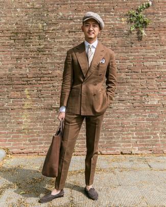 Wie kombinieren: braunes Zweireiher-Sakko, weißes Businesshemd, braune Anzughose, dunkelbraune Wildleder Slipper