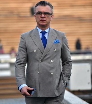Wie kombinieren: graues Zweireiher-Sakko, hellblaues Businesshemd, graue Anzughose, blaue Strick Krawatte