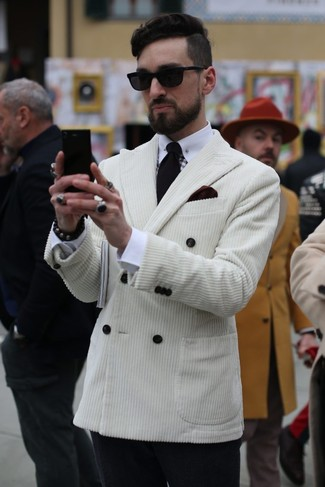 Wie kombinieren: weißes Zweireiher-Sakko aus Kord, weißes Businesshemd, schwarze Wollanzughose, schwarze Krawatte