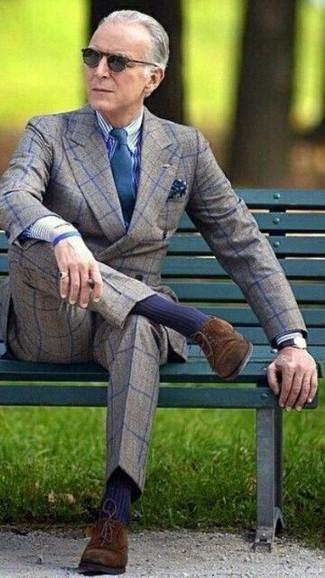 Wie kombinieren: graues Wollzweireiher-sakko mit Karomuster, weißes und dunkelblaues vertikal gestreiftes Businesshemd, graue Wollanzughose mit Karomuster, dunkelbraune Wildleder Derby Schuhe