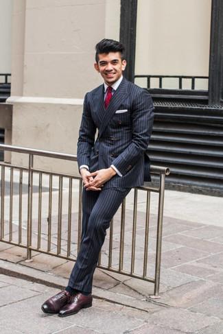 Wie kombinieren: dunkelblaues vertikal gestreiftes Zweireiher-Sakko, weißes Businesshemd, dunkelblaue vertikal gestreifte Anzughose, dunkelrote Leder Oxford Schuhe