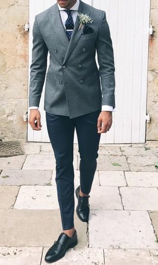 Wie kombinieren: graues Wollzweireiher-sakko, weißes Businesshemd, schwarze Anzughose, schwarze Doppelmonks aus Leder