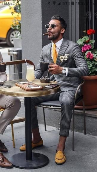 Wie kombinieren: graues vertikal gestreiftes Zweireiher-Sakko, weißes Businesshemd, graue vertikal gestreifte Anzughose, gelbe Wildleder Slipper