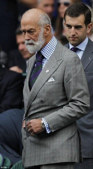 Wie kombinieren: graues Zweireiher-Sakko mit Karomuster, weißes und blaues Businesshemd mit Karomuster, graue Anzughose mit Karomuster, violette vertikal gestreifte Krawatte