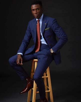 Wie kombinieren: blaues vertikal gestreiftes Zweireiher-Sakko, hellblaues Businesshemd, blaue vertikal gestreifte Anzughose, dunkelrote Leder Derby Schuhe