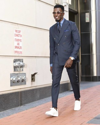 Wie kombinieren: dunkelgraues Zweireiher-Sakko, hellblaues Businesshemd, dunkelgraue Anzughose, weiße niedrige Sneakers