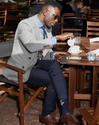 Wie kombinieren: graues Zweireiher-Sakko, hellblaues Businesshemd, dunkelblaue Anzughose, braune Leder Brogues