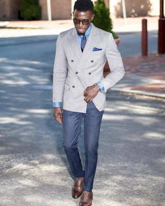 Wie kombinieren: graues Zweireiher-Sakko, hellblaues Businesshemd, blaue Anzughose, braune Leder Oxford Schuhe