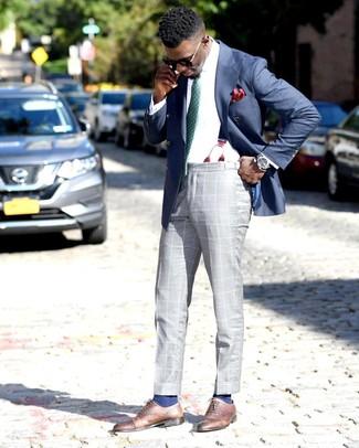 Wie kombinieren: blaues Zweireiher-Sakko, weißes Businesshemd, graue Anzughose mit Schottenmuster, braune Leder Oxford Schuhe