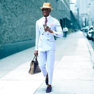 Wie kombinieren: hellblaues Zweireiher-Sakko, weißes Businesshemd, hellblaue Anzughose, blaue Wildleder Slipper mit Quasten