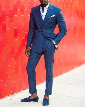 Wie kombinieren: blaues Zweireiher-Sakko mit Karomuster, hellblaues Businesshemd, blaue Anzughose mit Karomuster, blaue Wildleder Slipper mit Quasten