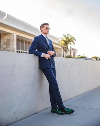 Wie kombinieren: blaues Zweireiher-Sakko, hellviolettes Businesshemd, blaue Anzughose, dunkelgrüne Leder Slipper