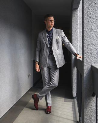 Wie kombinieren: graues Wollzweireiher-sakko, dunkelblaues und weißes Businesshemd mit Blumenmuster, graue Wollanzughose, rote Doppelmonks aus Leder