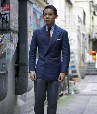 Wie kombinieren: dunkelblaues Zweireiher-Sakko, hellblaues vertikal gestreiftes Businesshemd, dunkelgraue Anzughose, dunkelbraune Strick Krawatte