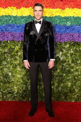 Wie kombinieren: violettes Zweireiher-Sakko aus Samt, weißes Businesshemd, schwarze Anzughose, schwarze Leder Slipper