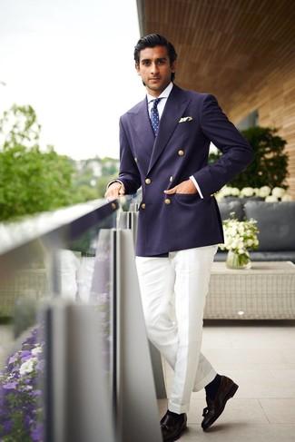 Wie kombinieren: dunkelblaues Zweireiher-Sakko, weißes Businesshemd, weiße Anzughose, schwarze Leder Slipper mit Quasten